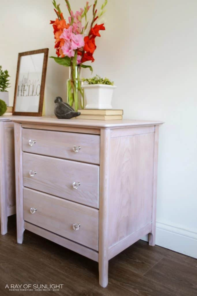 The easy way to transform your old furniture into a coastal weathered wood finished furniture that looks like it comes from a magazine. Learn how to quickly create a natural wood finish!